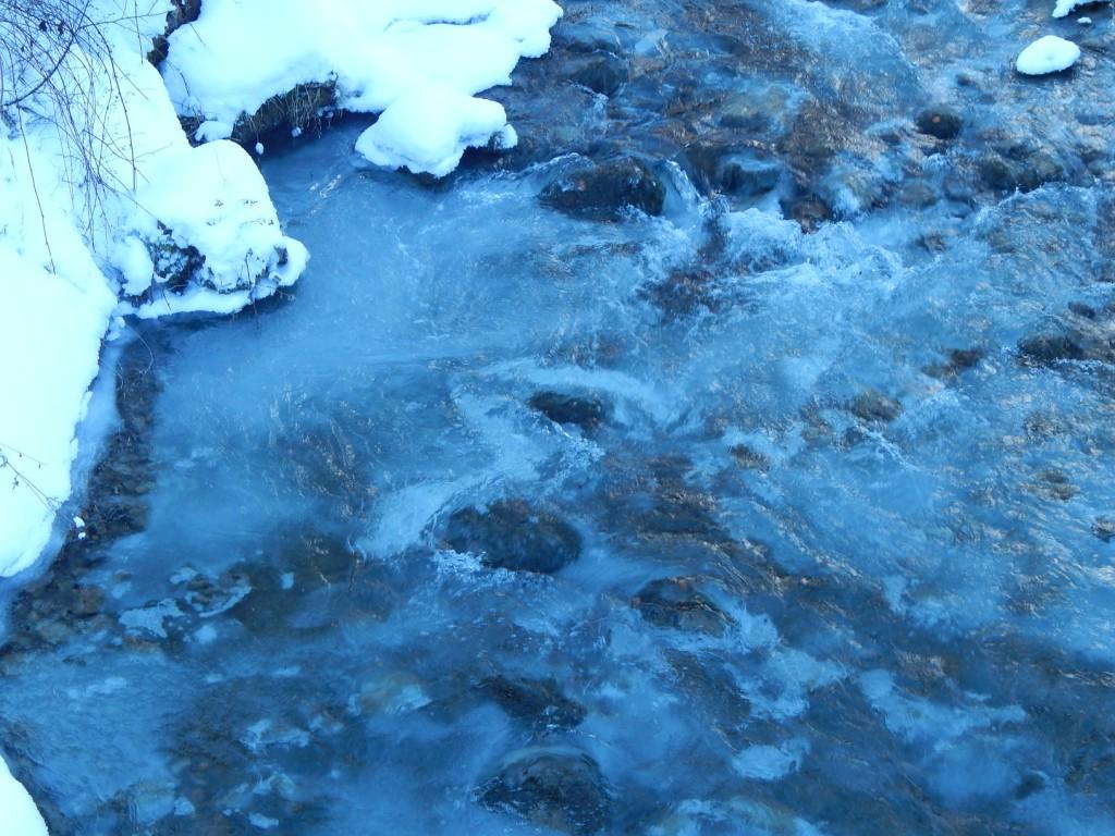 Breitenbach mit Eisbildung vom Grund