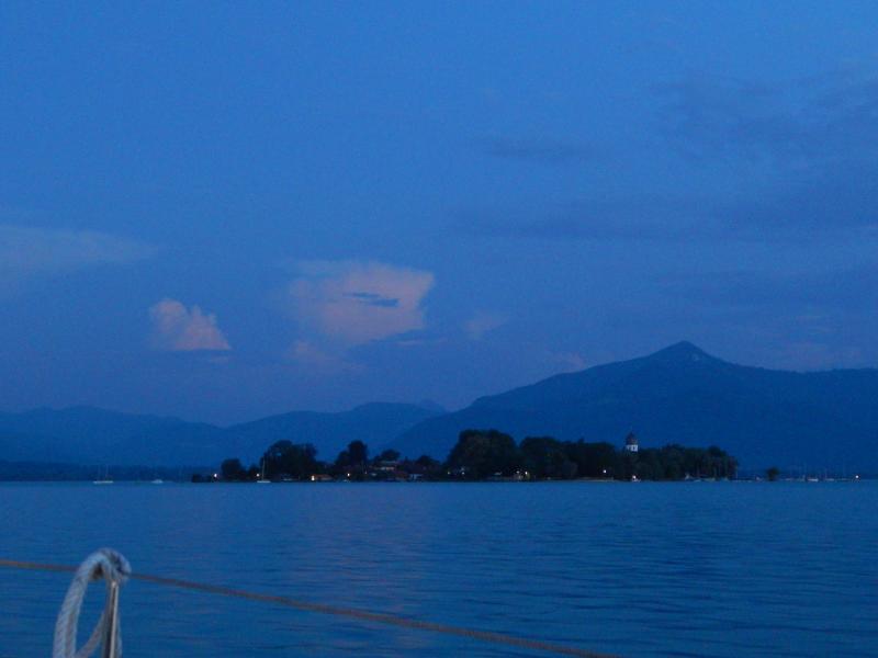 Abendstimmung am Chiemsee mit Blick auf die Fraueninsel